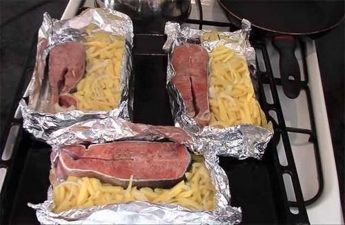выкладываем-картофель-с-луком